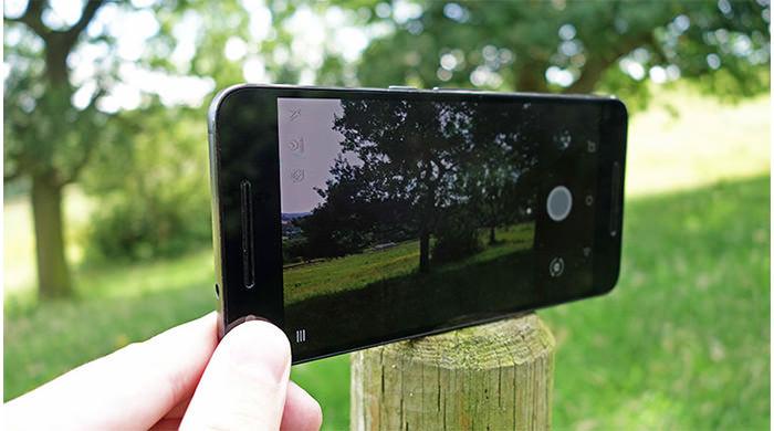 کمک گرفتن از یک تکیه گاه ثابت از جمله ترفندهای عکاسی با گوشی